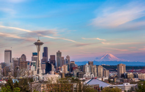 Seattle downtown skyline - Mt. Rainier bei Sonnenuntergang